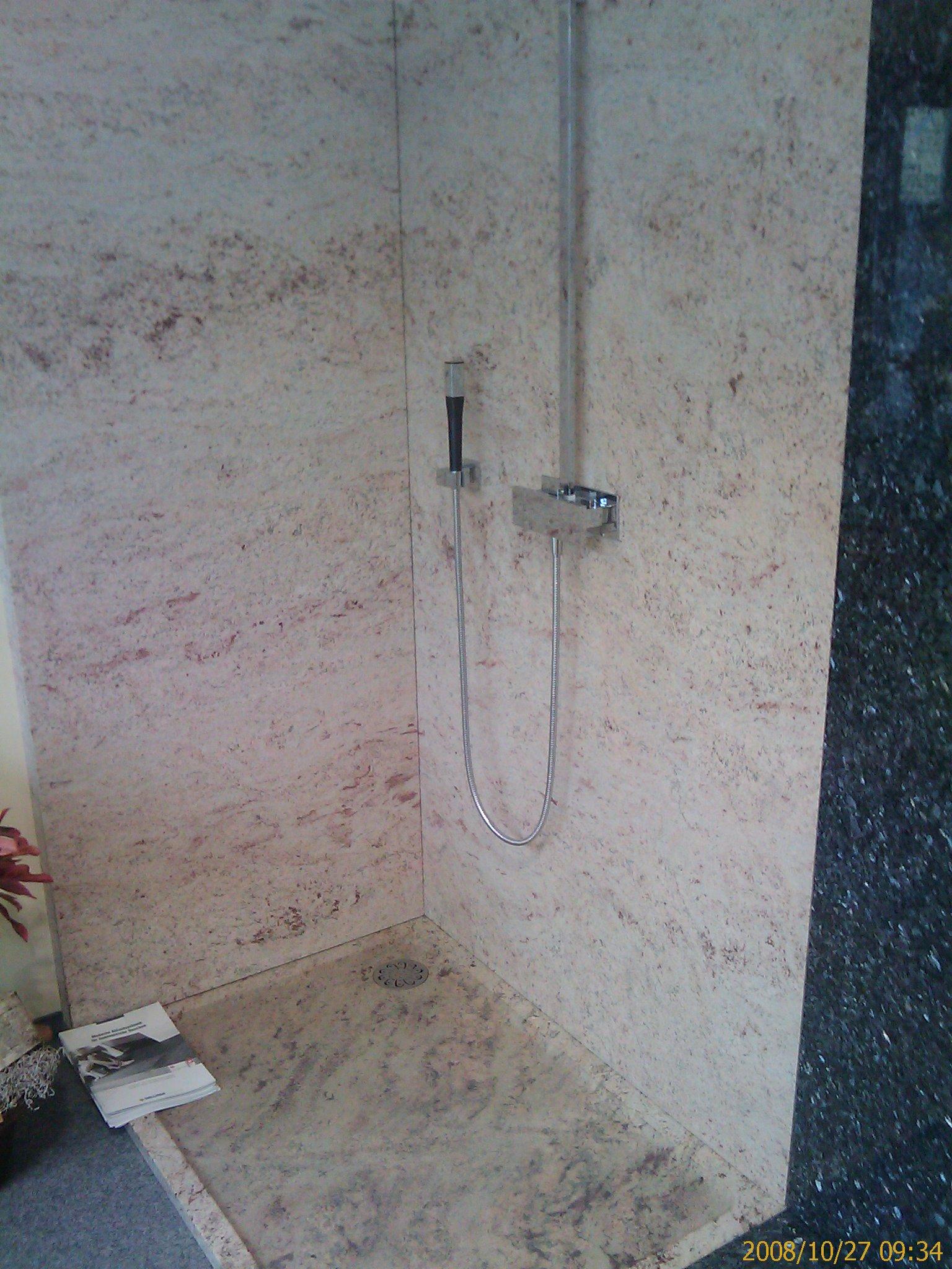 Sandfarbene Granit Dusche