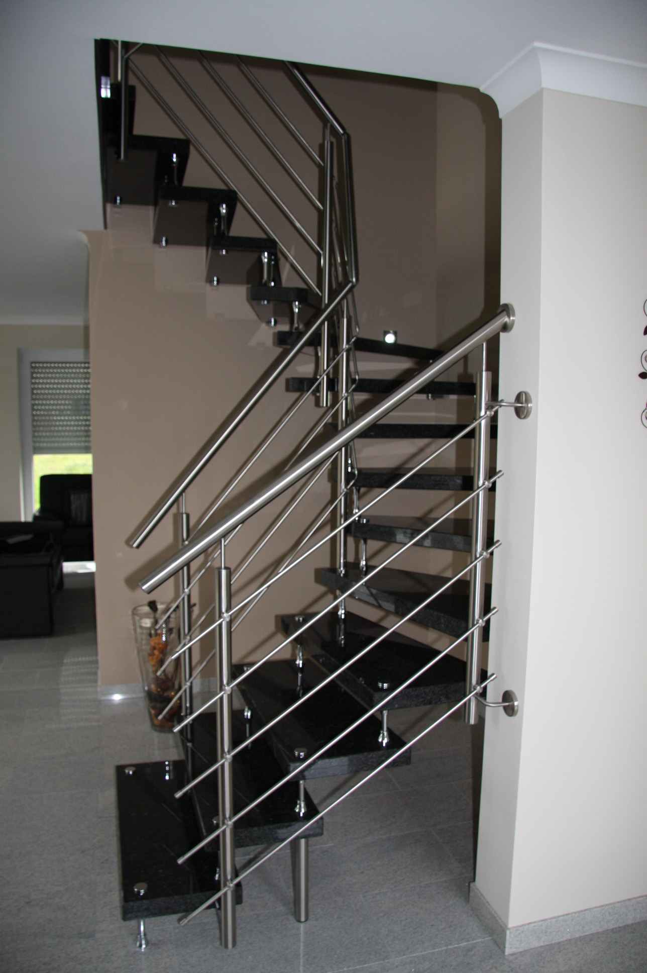 Schwarze Granit Treppe mit Geländer