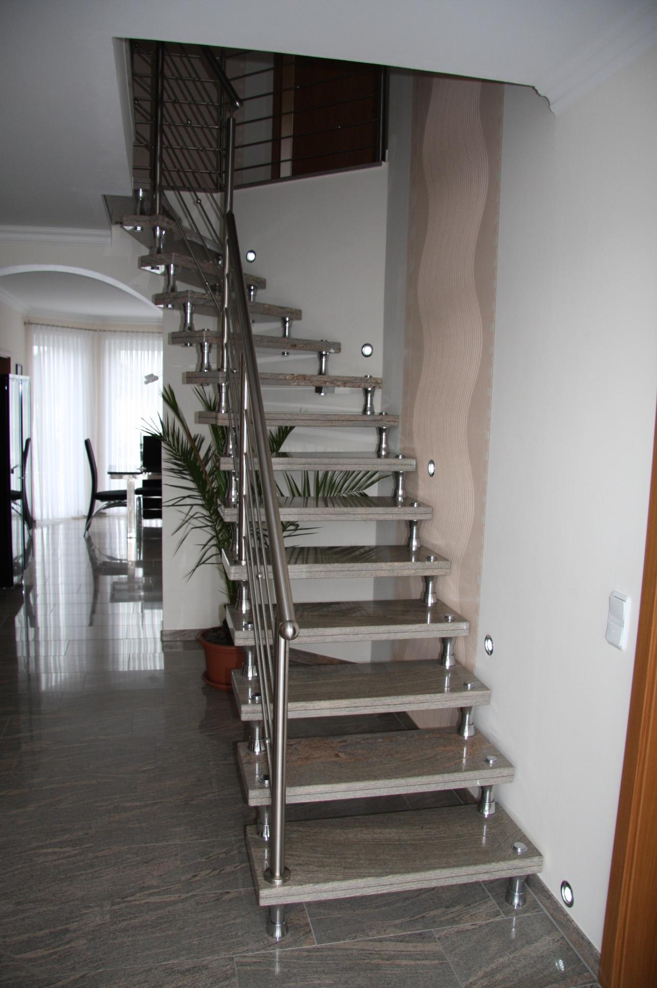 grau-braune Granit Treppe