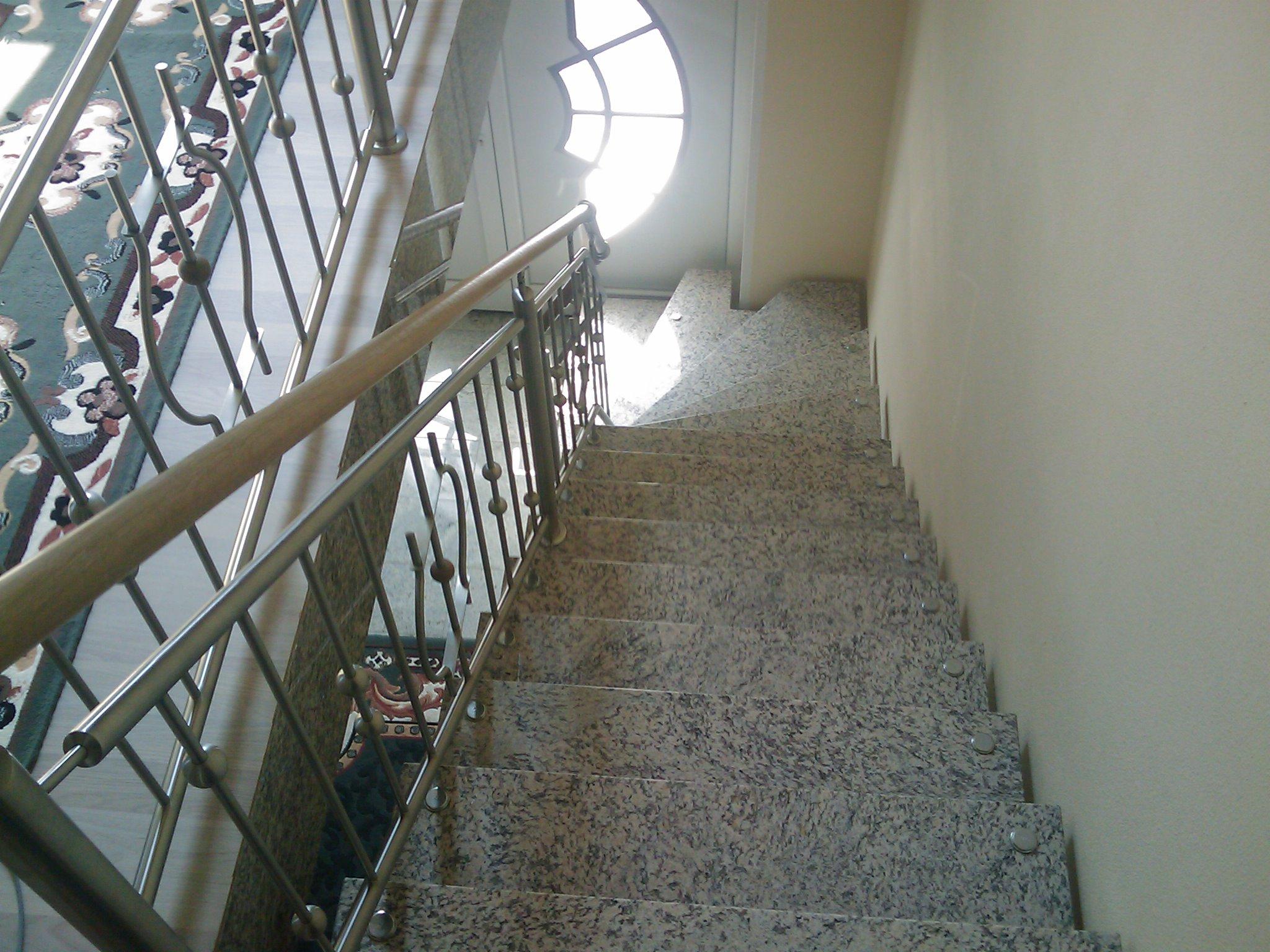 Grau-weiße Granit Treppe