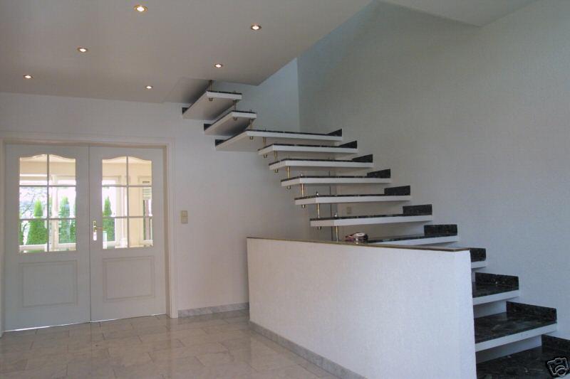 Schwarz weiße Granit Treppe ohne Geländer