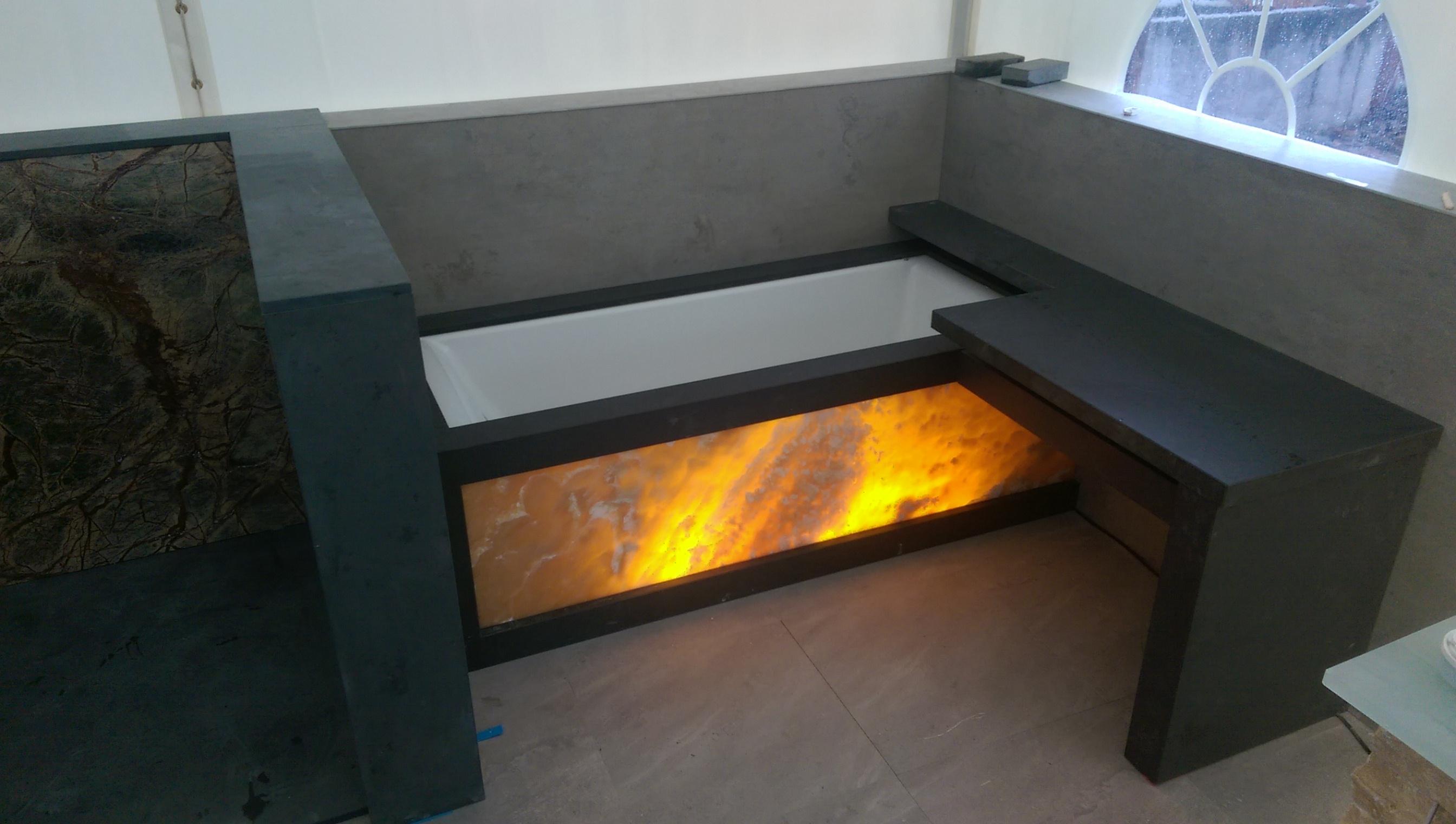 Badewanne aus Granit mit Leuchte