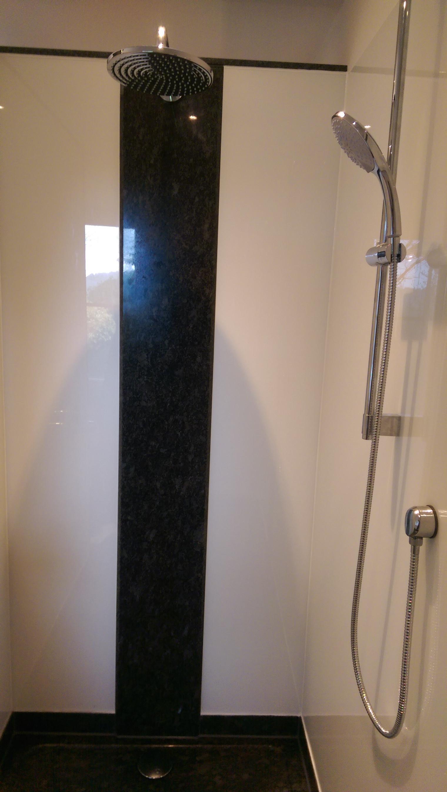 Dusche mit schwarzem Granit