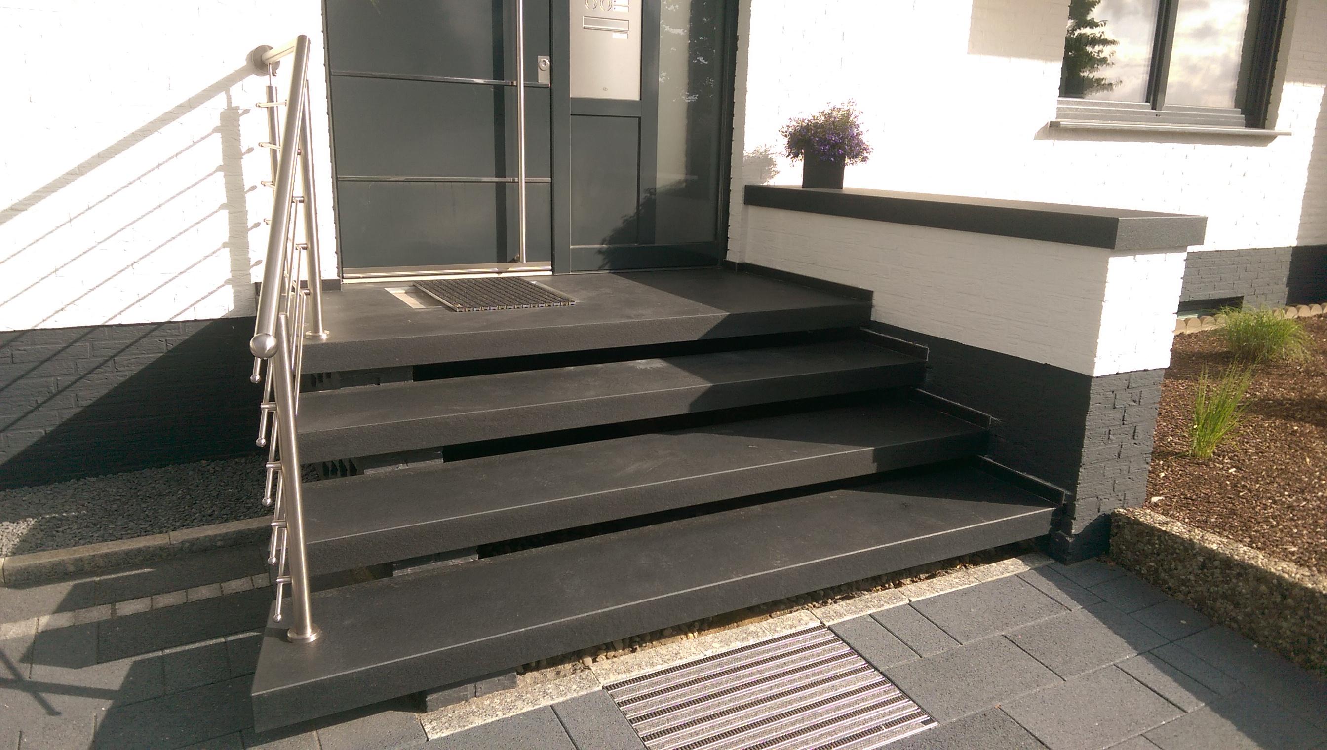 Moderne Eingangspodeste dunkel, schwarz, grau