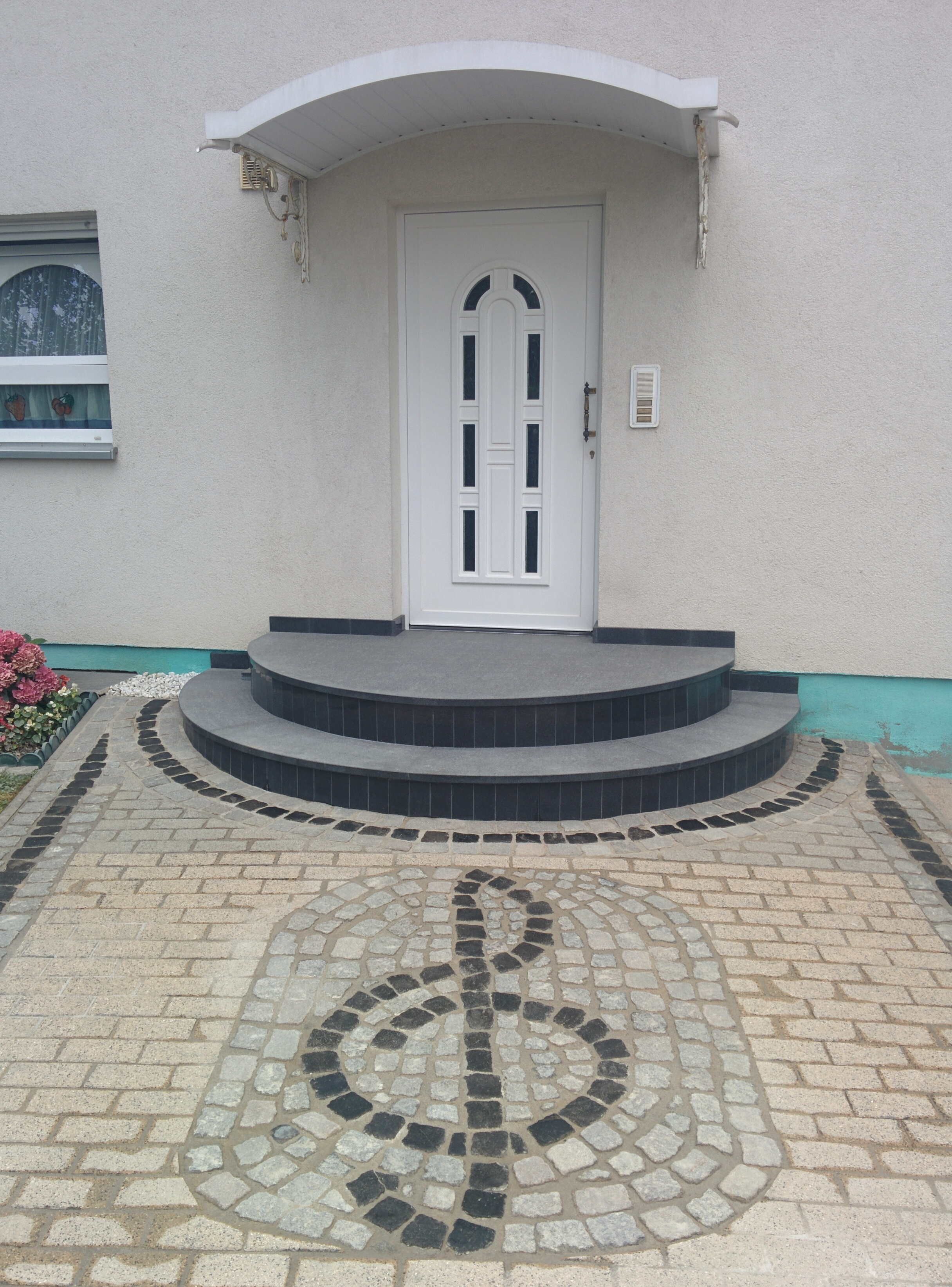 Helle Eingangspodeste aus Naturstein