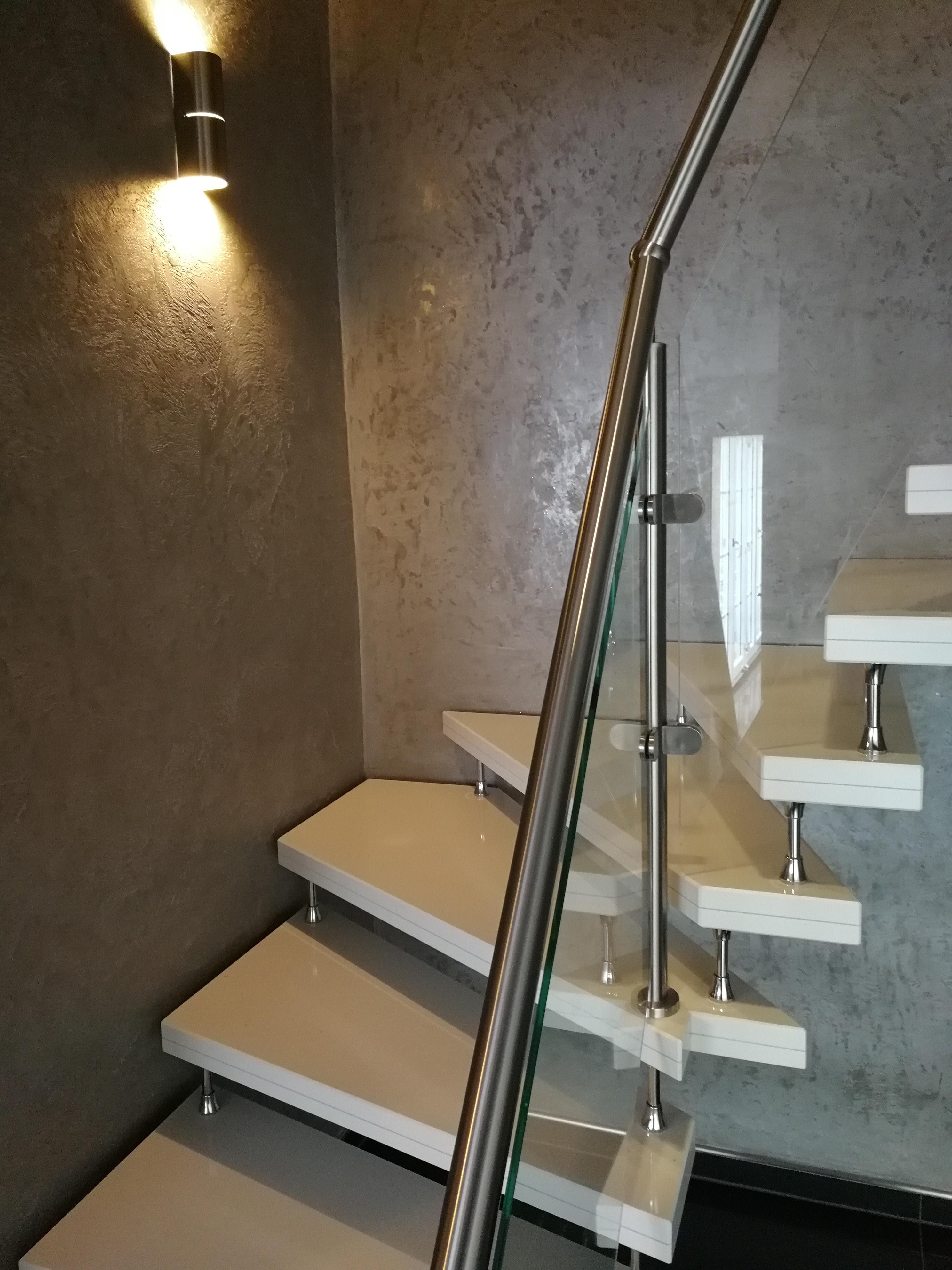 weiße Granit Treppe mit Geländer und Glas