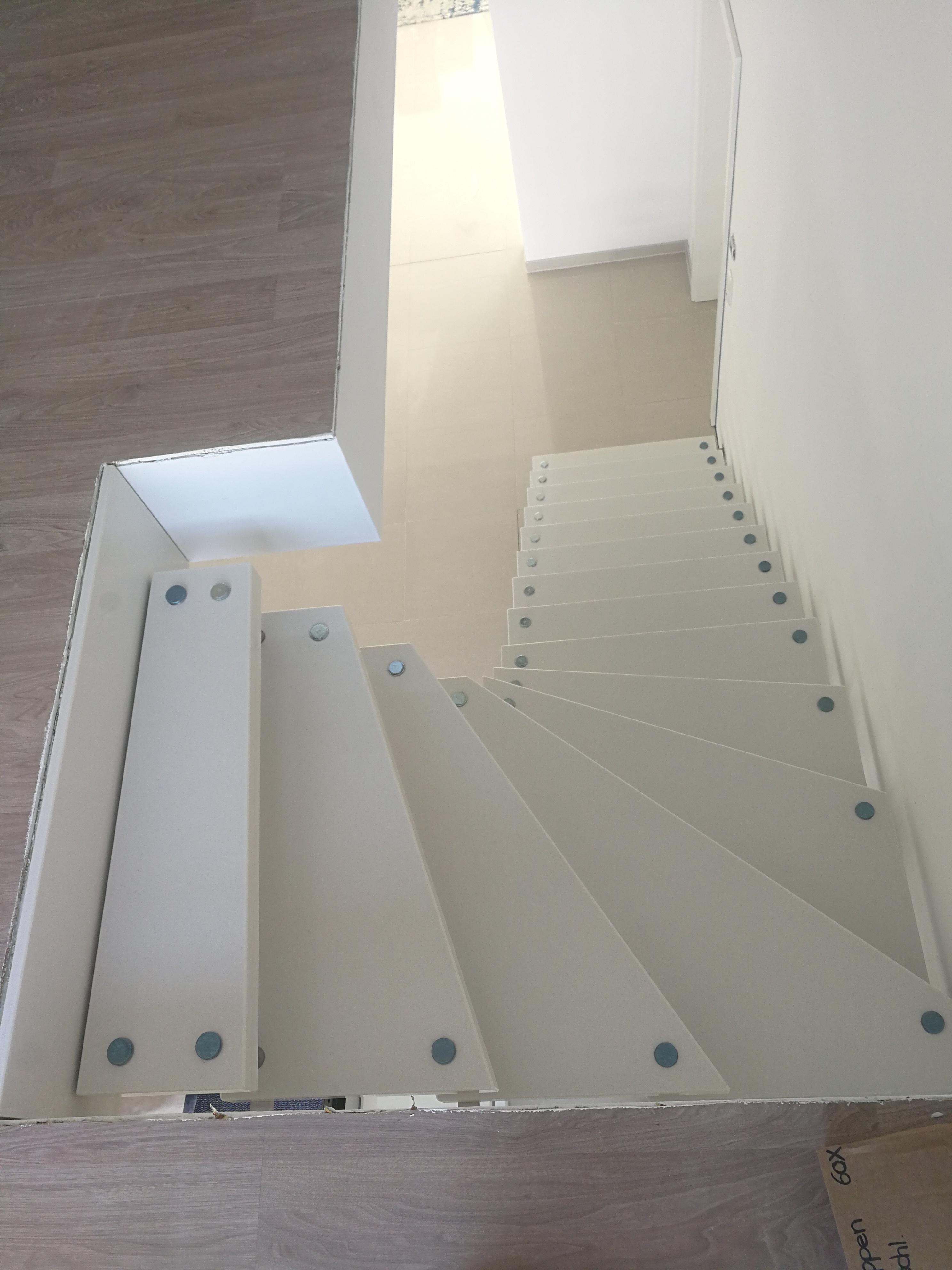 weiße Granit Treppe ohne Geländer