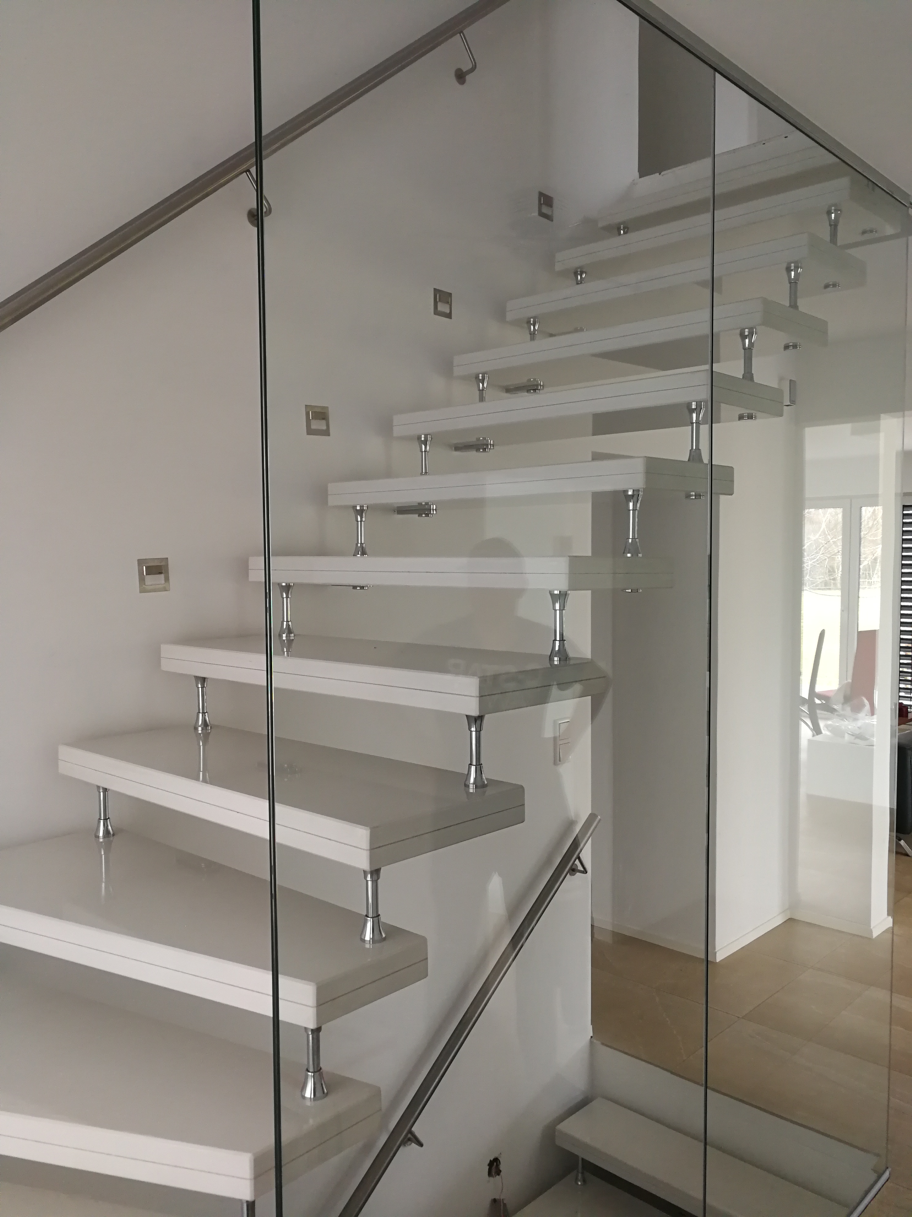 Weiße Treppe aus Granit mit Geländer und Glas