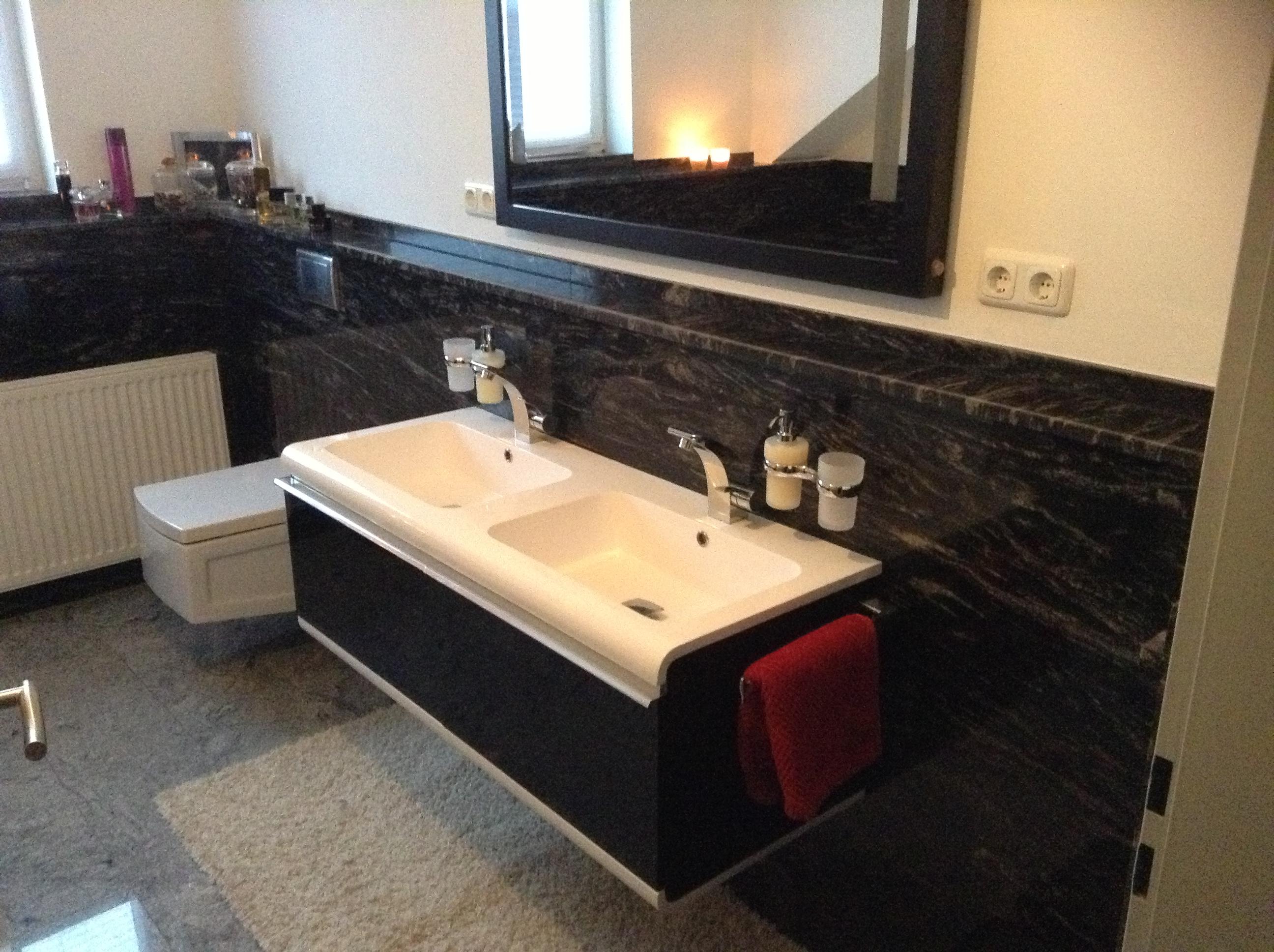 Schwarzer Granit im Bad